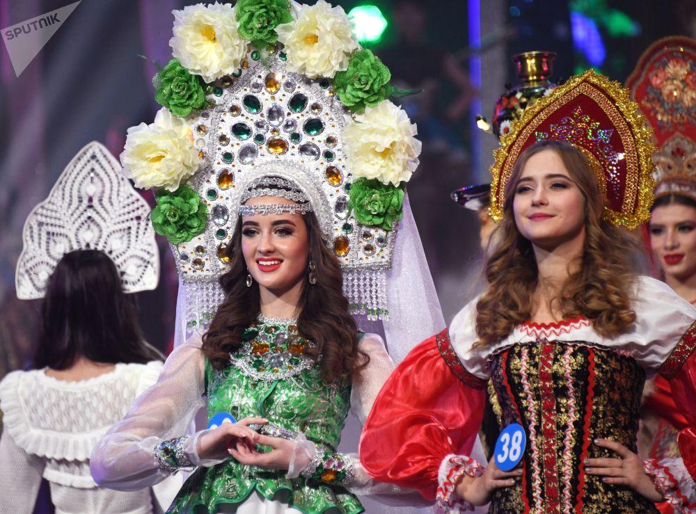 Participantes do concurso Enviadas da Beleza 2018 se apresentam na passarela