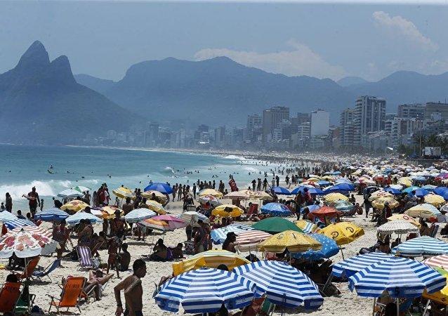 Cariocas e turistas aproveitam dia de praia no Rio de Janeiro