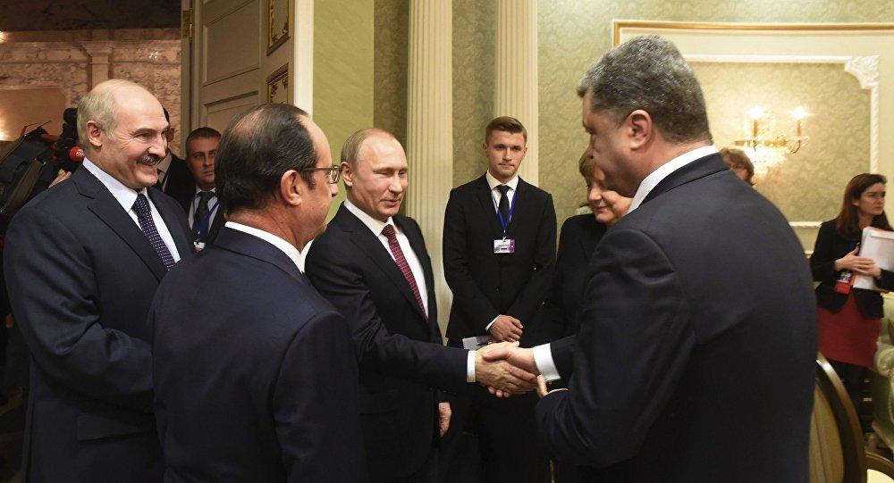 Vladimir Putin (E), presidente da Rússia, e Pyotr Poroshenko, presidente da Ucrânia