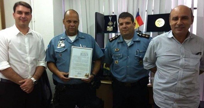 Ex-PM Fabrício Queiroz (primeiro à dir.) ao lado de policiais militares e do seu ex-patrão, Flávio Bolsonaro (primeiro à esq.)