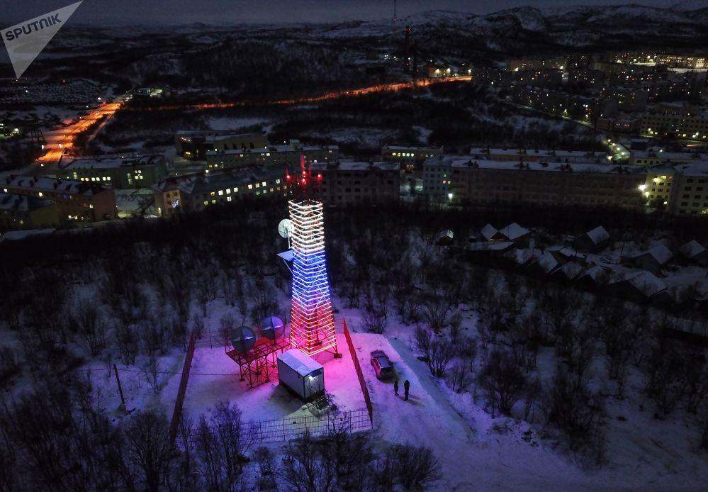 Imagem aérea da torre de transmissão digital, localizada na região de Murmansk, Rússia