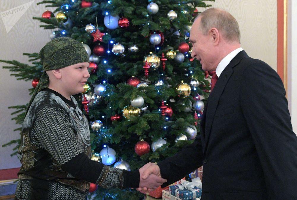 Presidente da Rússia, Vladimir Putin, e participante do projeto Sonhe Comigo Kolya Kuznetsov, que sonhava em cumprimentar o presidente russo, durante reunião