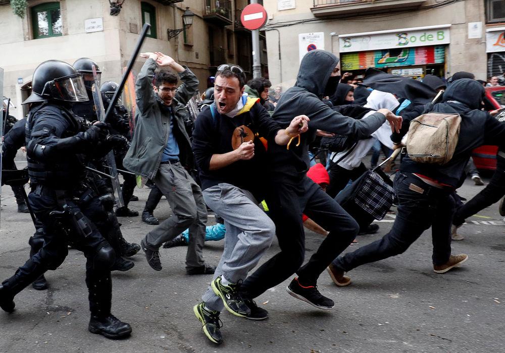Confronto entre policiais e manifestantes durante protesto contra a reunião do gabinete espanhol em Barcelona