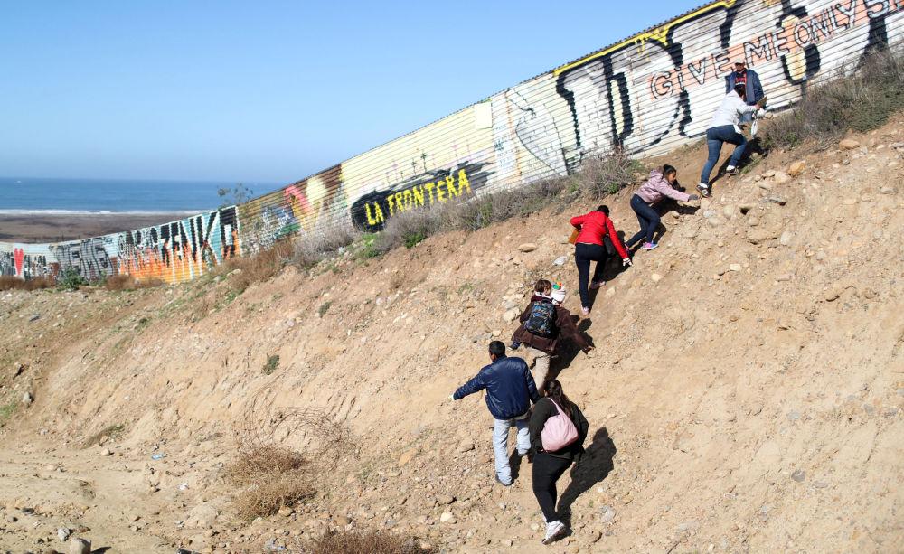 Imigrantes de Honduras tentam atravessar a fronteira do México com EUA