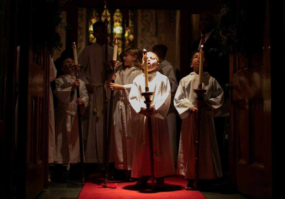 Crianças apagam as velas após carregá-las durante missa de Natal em Nova York