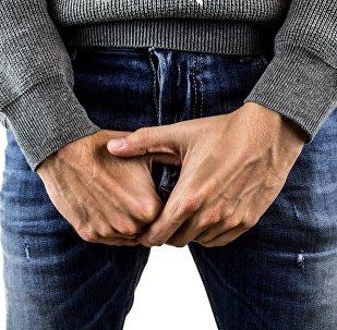 Homem vestindo jeans (imagem ilustrativa)