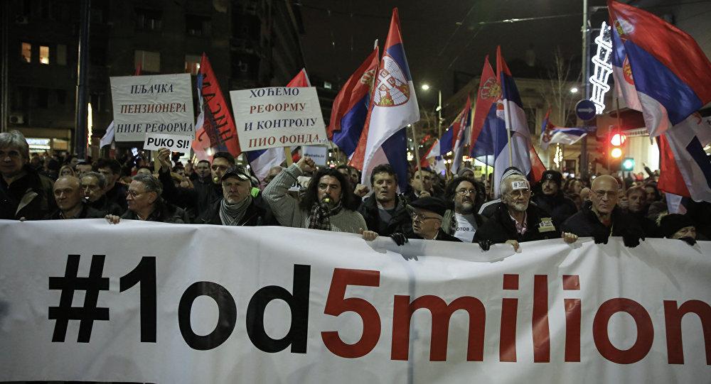 Manifestantes realizam protesto contra o presidente sérvio, Aleksandar Vucic, em Belgrado