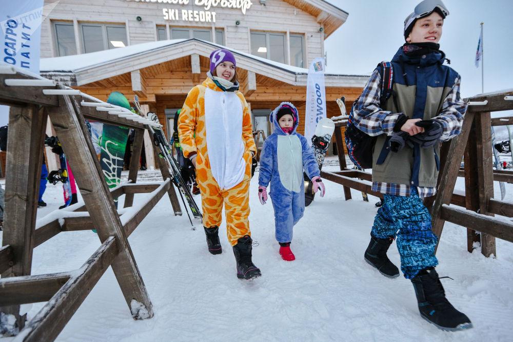 Turistas na encosta norte do complexo de esqui Bolshoi Vudyavr na cidade de Kirovsk, na região russa de Murmansk