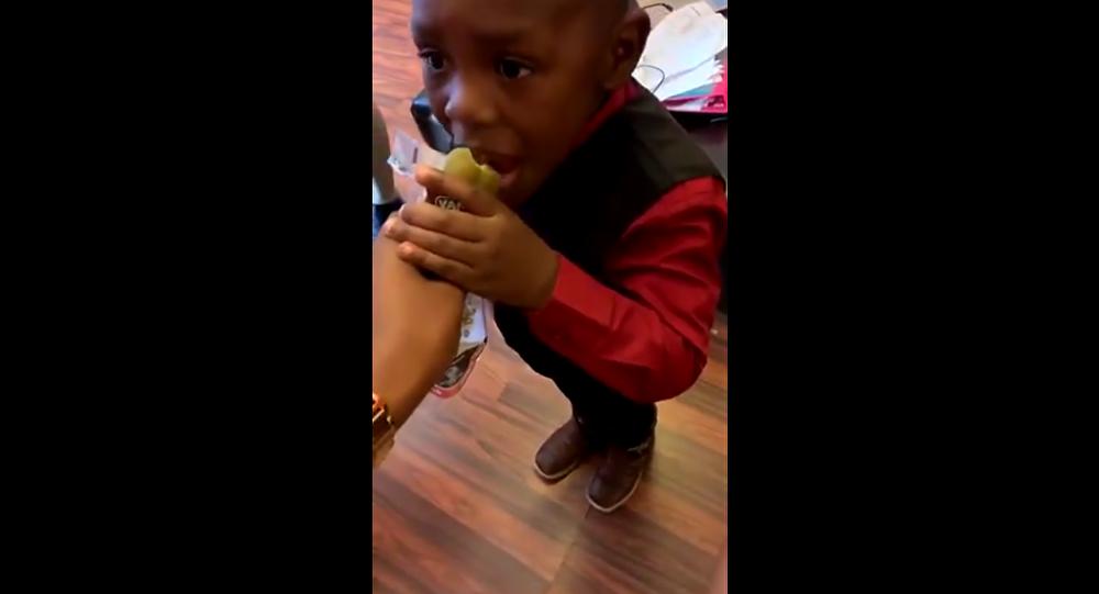 Menino come pepino apimentado antes de passar mal