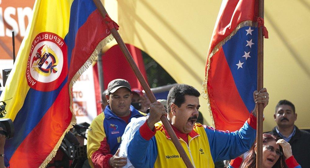 Nicolás Maduro, presidente de Venezuela, empuña las banderas de Colombia y Venezuela (archivo)