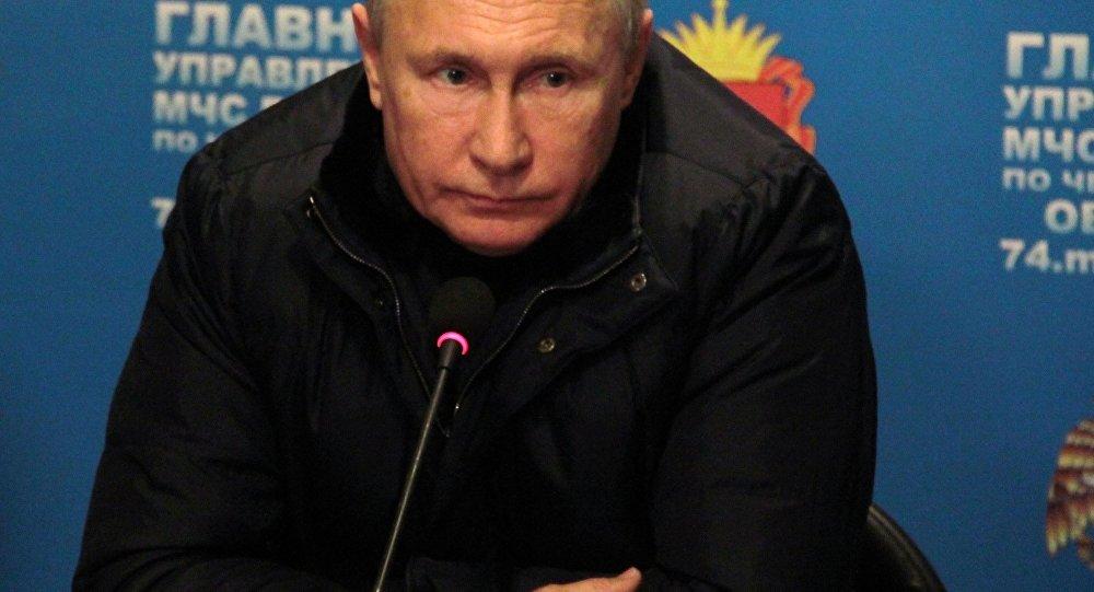 O presidente da Rússia, Vladimir Putin, em visita a Magnitogorsk, onde um edifício residencial desabou parcialmente deixando ao menos 7 mortos. Uma explosão de gás foi a causa do acidente.