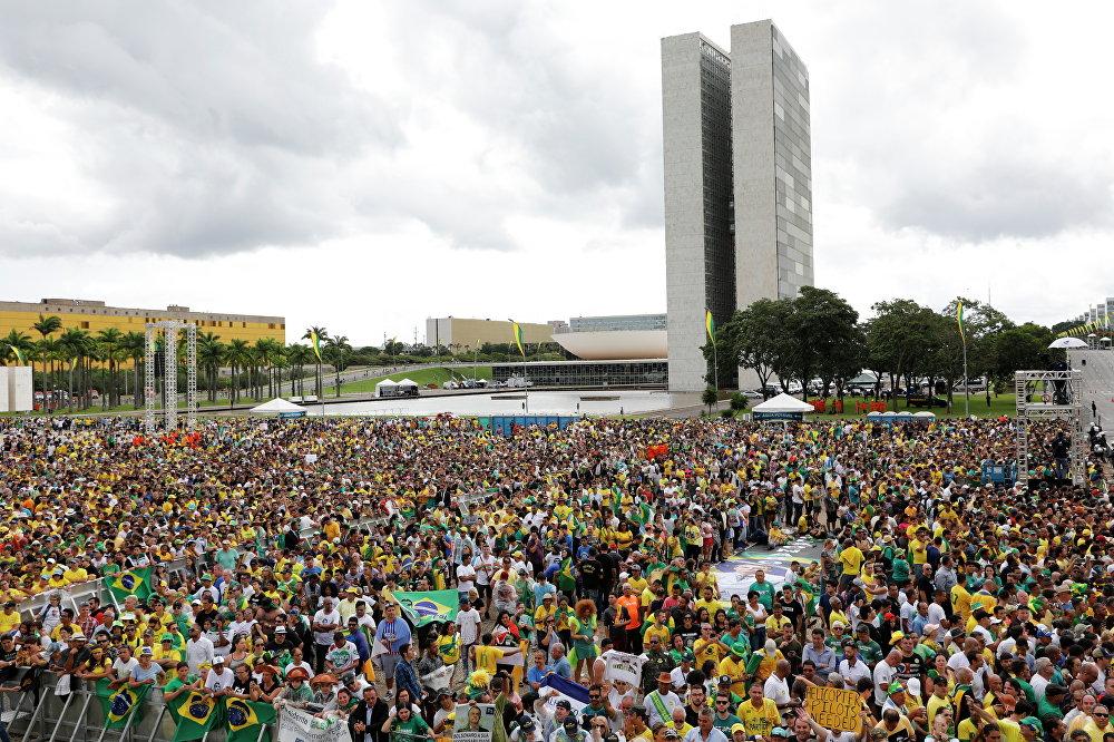 Apoiadores do presidente eleito Jair Bolsonaro aguardando pela sua posse em Brasília