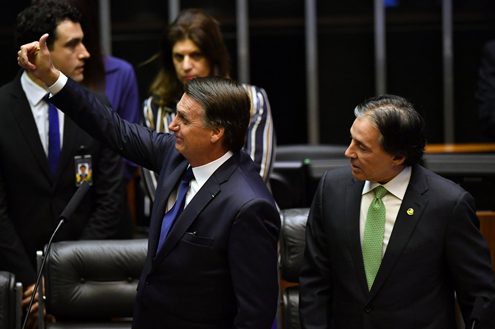 Presidente eleito Jair Bolsonaro acena para colegas durante cerimônia de posse