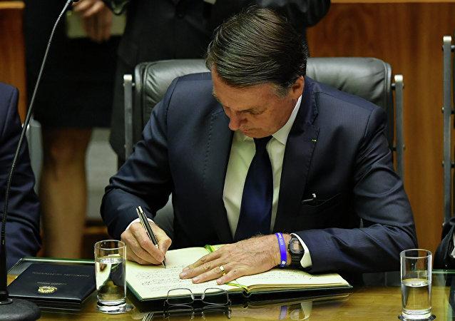 Bolsonaro assina termo de posse e se torna o 38º presidente do Brasil