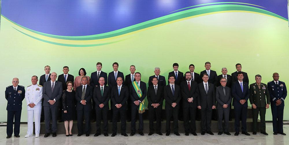 Jair Bolsonaro, novo presidente do Brasil, posa para foto oficial ao lado dos ministros que irão compor seu governo