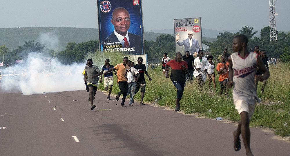 Partidários do presidenciável Martin Fayulu fogem da polícia no Congo.
