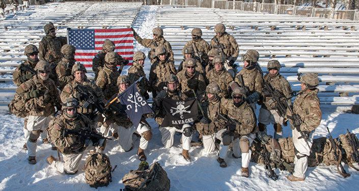 Militares americanos durante a demonstração de material militar e armamento da OTAN