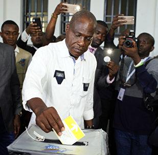 O candidato Martin Fayulu vota no Congo.