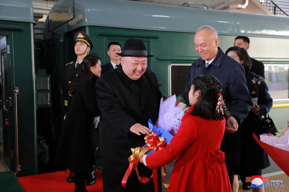 Líder norte-coreano recebe flores em estação de trem de Pequim
