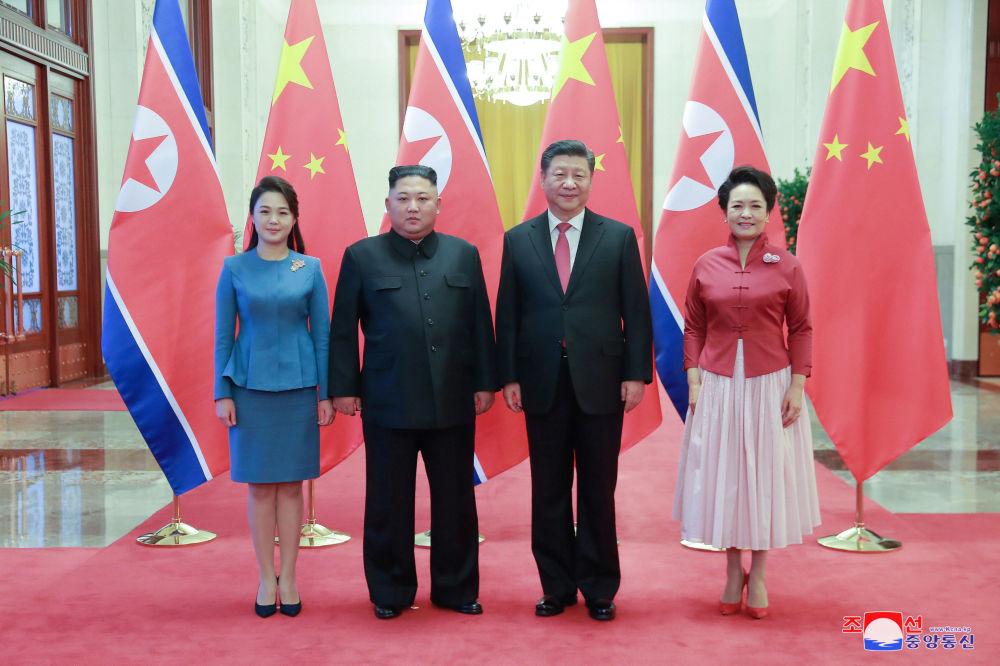 Presidente chinês, Xi Jinping, e líder norte-coreano, Kim Jong-un com esposas, durante encontro em Pequim, na China