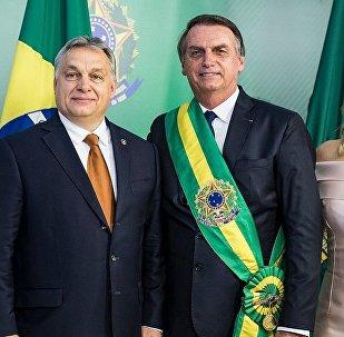 Primeiro-ministro húngaro Viktor Orban ao lado de Jair Bolsonaro e da primeira-dama, Michelle Bolsonaro