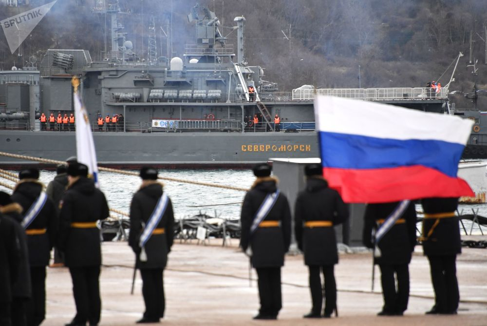 Grande navio antissubmarino Severomorsk da Frota do Norte durante chegada ao porto de Sevastopol