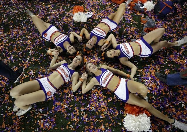 Animadores de torcida da equipe Clemson celebram a vitória do seu clube na final do futebol universitário americano