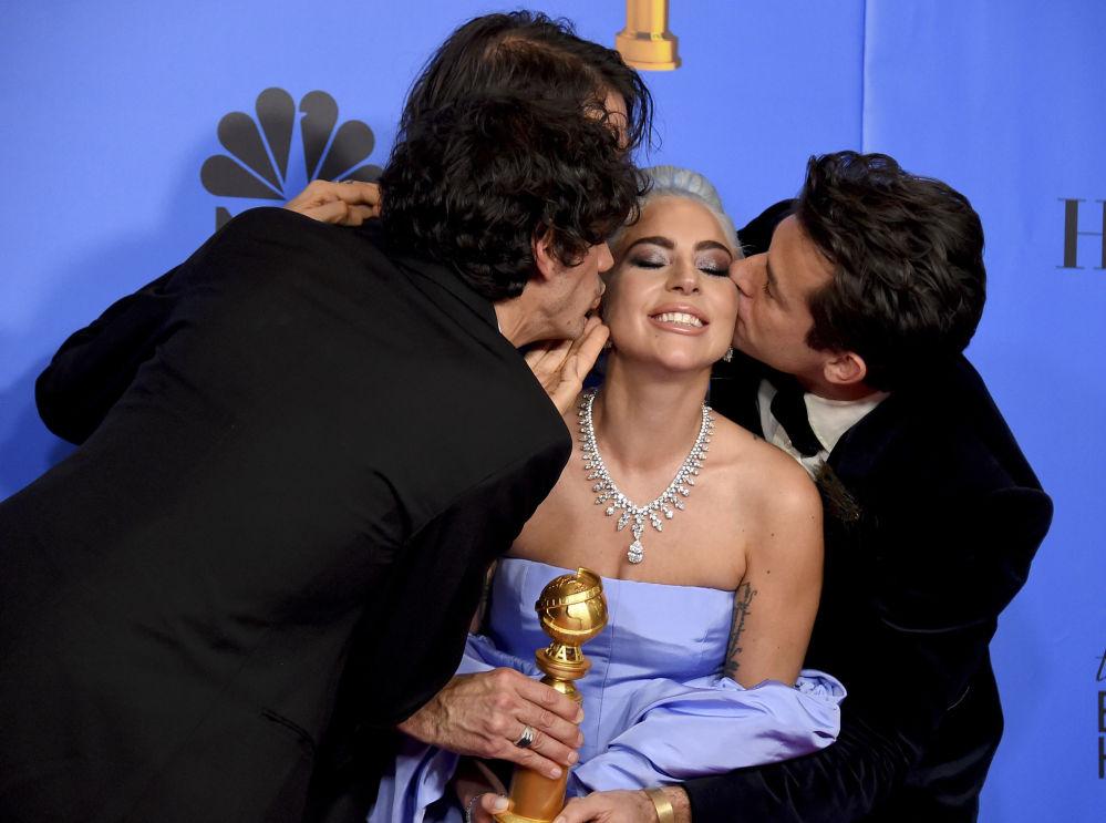 Lady Gaga com seus parceiros de composição Mark Ronson, Anthony Rossomando e Andrew Wyatt depois de ganhar o prêmio Globo de Ouro para a melhor canção original