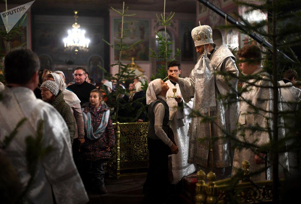 Missa solene natalina na Catedral de Ascensão, cidade russa de Novosibirsk