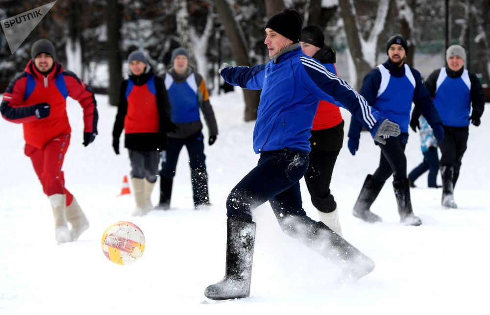 Participantes do jogo de futebol em valenki, tradicionais botas de lã russas
