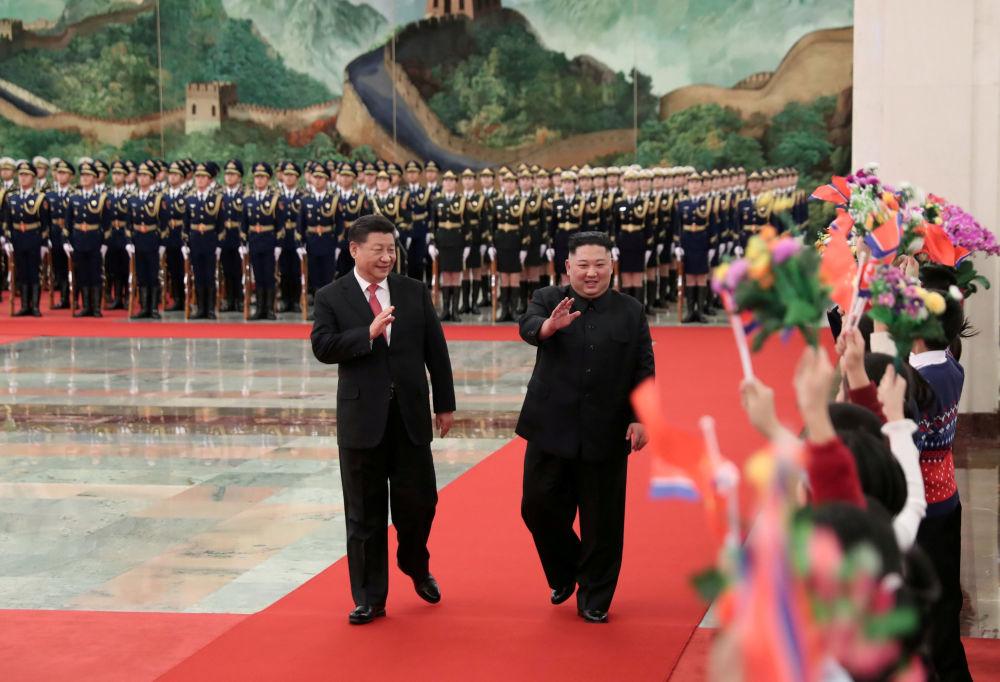 O presidente chinês, Xi Jinping, e o líder norte-coreano Kim Jong Um durante uma reunião em Pequim