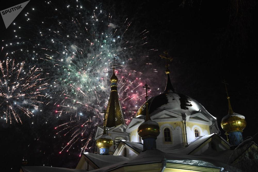 Fogos de artifício perto da Catedral da Ascensão, cidade russa de Novosibirsk, dedicados ao Natal Ortodoxo