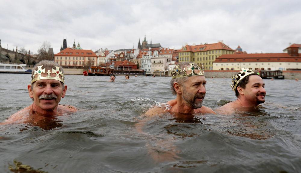Tradicional corrida de natação natalina em Praga, República Tcheca