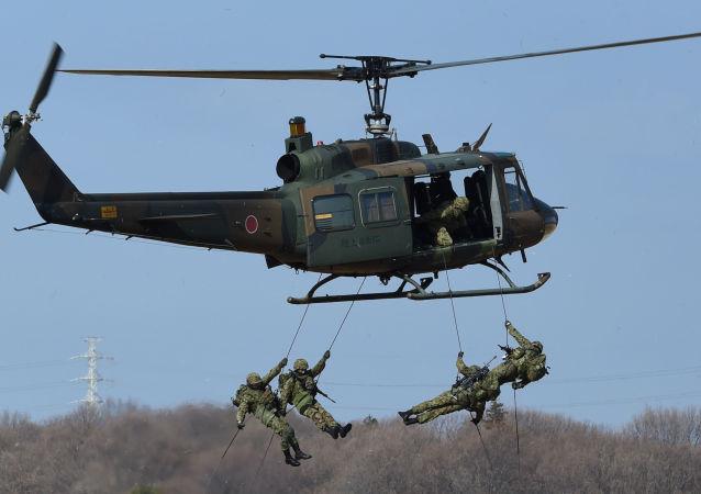 Militares da Primeira Brigada Aerotransportada das Forças de Autodefesa do Japão durante as manobras no Campo de Treinamento de Narashino