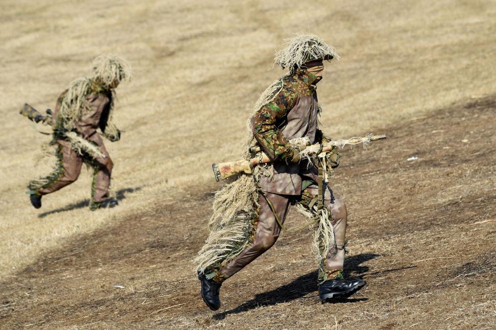 Atiradores da Primeira Brigada Aerotransportada das Forças de Autodefesa do Japão participam das manobras no Campo de Treinamento de Narashino, Japão