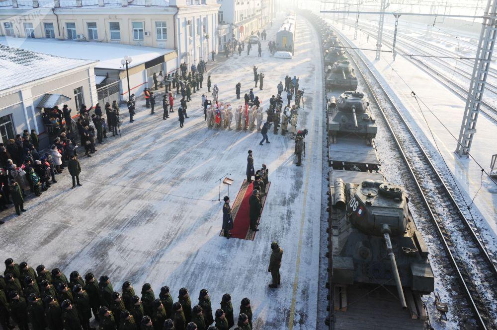 Militares participam de cerimônia de entrega de tanques na cidade russa de Chita, região de Transbaikal