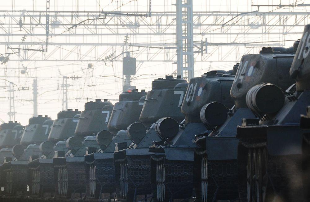 Tanques de produção soviética T-34 em cima de trem na cidade de Chita, Rússia