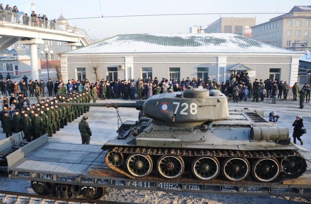 Um dos tanques de produção soviética T-34 devolvido pelo Laos à Rússia