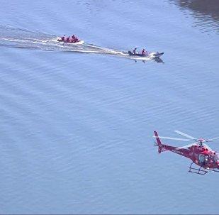 Equipe de resgate trabalha na Baía de Guanabara, Rio de Janeiro, após queda de helicóptero da Polícia Militar.