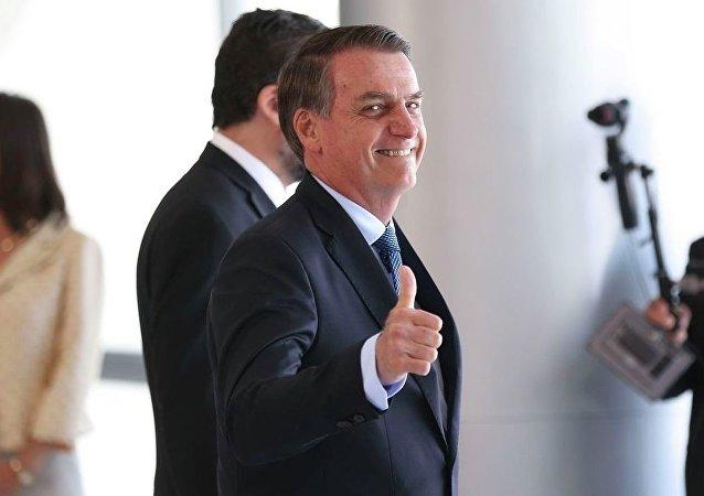 O presidente brasileiro, Jair Bolsonaro, acenando para fotógrafos no Palácio do Planalto (arquivo)