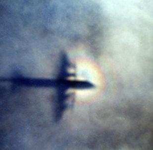 Sombra do avião da Força Real da Nova Zelândia P3 Orion vista nas nuvens durante as buscas do avião malaio MH370 desaparecido