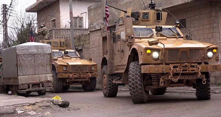 Blindados norte-americanos, vistos na área da explosão na cidade de Manbij
