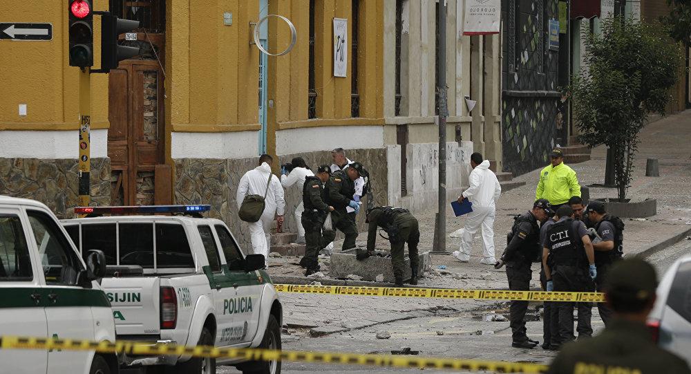 Policiais e investigadores inspecionam o local onde uma bomba explodiu perto da Praça de Touros Santamaria, em Bogotá, Colômbia