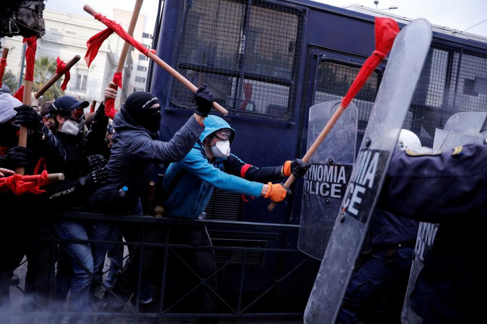 Manifestação de professores de uma escola grega perto do prédio do Parlamento contra os planos do governo de mudar o processo de contratação no setor estatal, em Atenas, Grécia