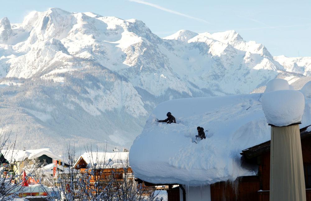 Militares austríacos durante desobstrução de um telhado depois de nevada forte em Werfenweng