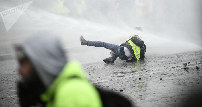 Manifestantes de protesto dos coletes amarelos em Paris