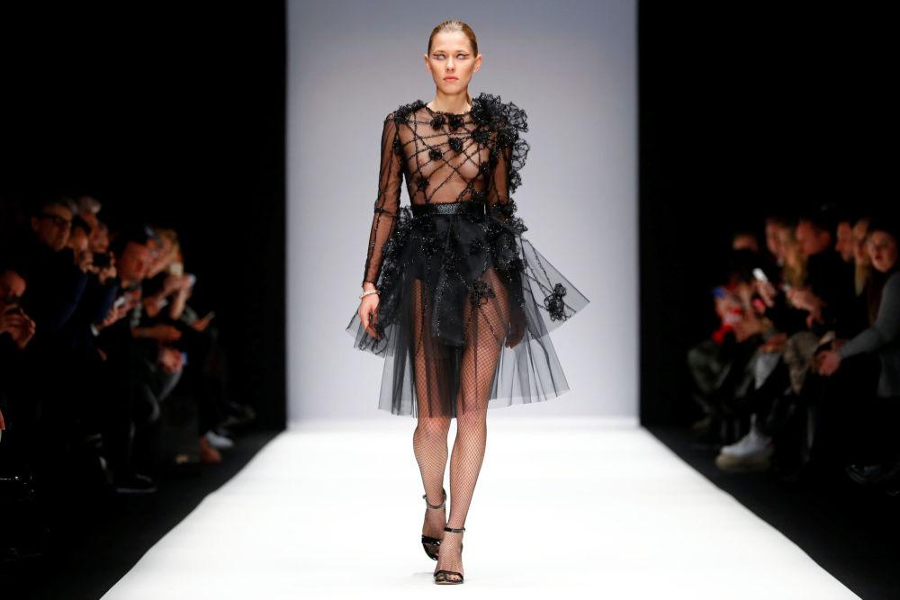 Modelo desfila na passarela durante a Semana de Moda de Berlim