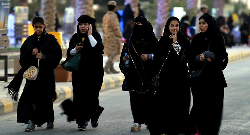 Mulheres sauditas a caminho de um festival cultural em Riad, capital da Arábia Saudita (foto de arquivo)