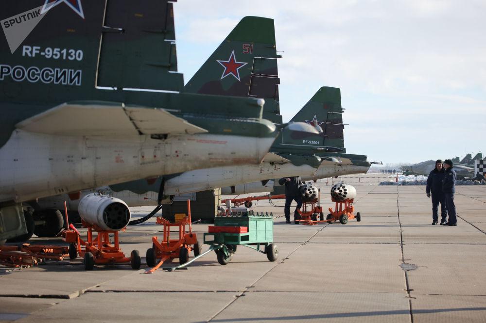 Aviões russos Su-25SM3 estacionados antes dos treinamentos de voo no território de Krasnodar (sul da Rússia)