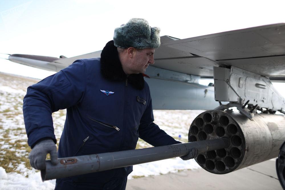 Especialista preparando a aeronave de ataque Su-25SM3 para o início das manobras de voo no sul da Rússia, no território de Krasnodar